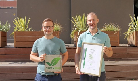 "Freuen sich mit dem gesamten Team über das Nachhaltigkeitssiegel ""GreenSign"" für Europas größte Hostelkette a&o: CMO Phillip Winter (l.) und Matthias Ernst, Head Offline Marketing, Quelle: a&o"